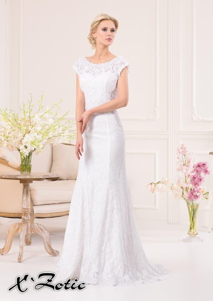Прямое свадебное платье с изящным округлым вырезом, обрамленным плотным кружевом.