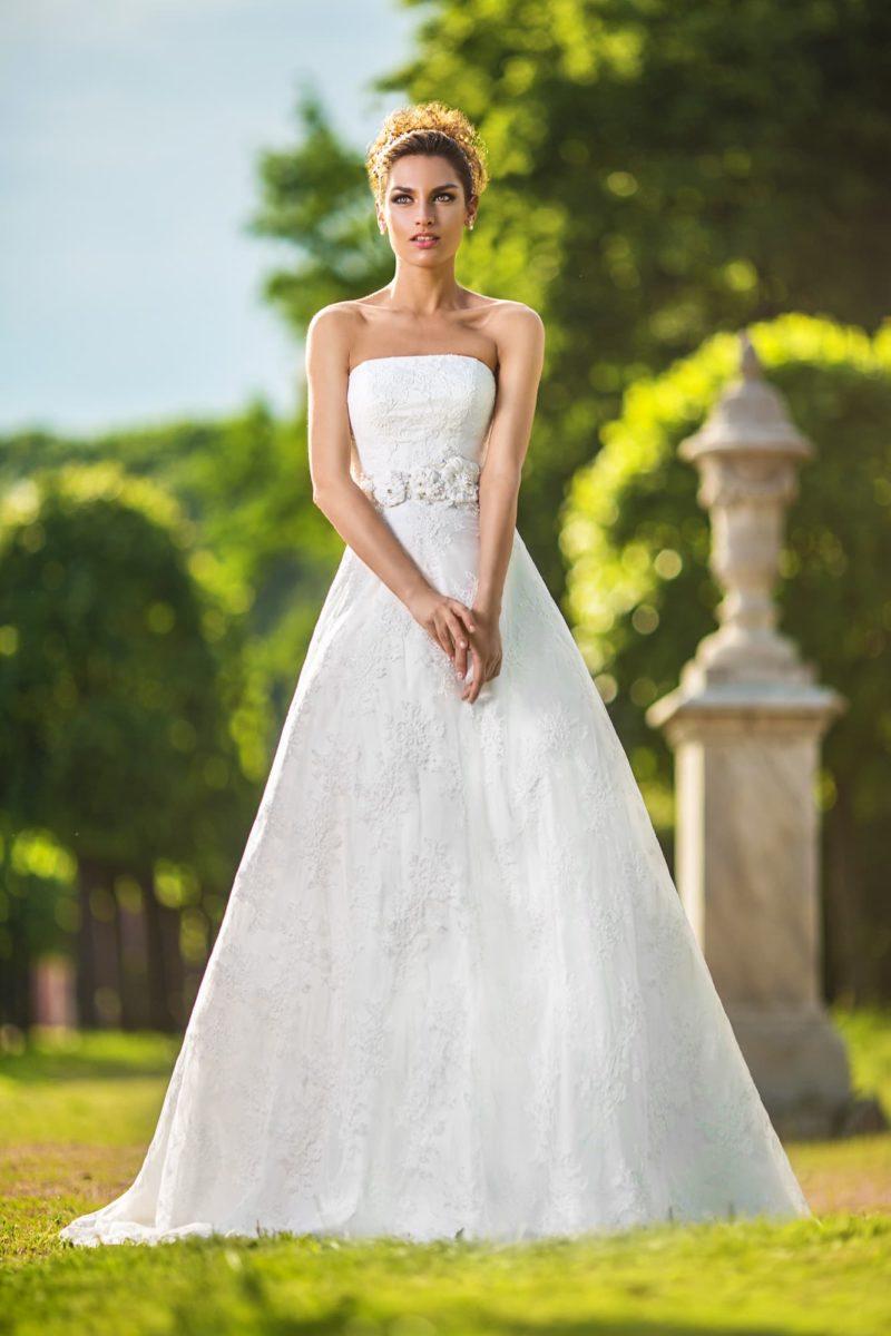 Кружевное свадебное платье силуэта «принцесса» с широким поясом с объемной отделкой.