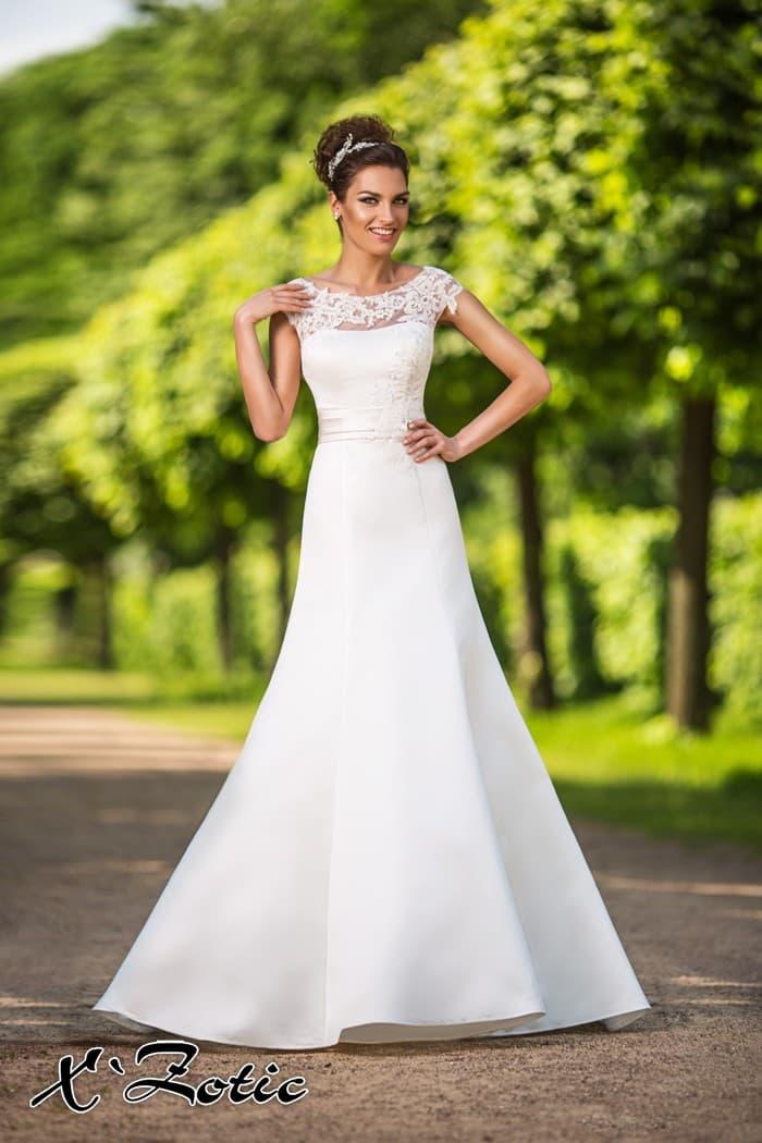 Свадебное платье силуэта «принцесса» с ажурным округлым вырезом.