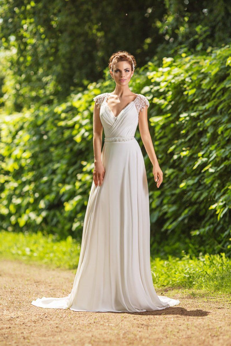 Прямое свадебное платье с глубоким V-образным декольте и короткими кружевными рукавами.