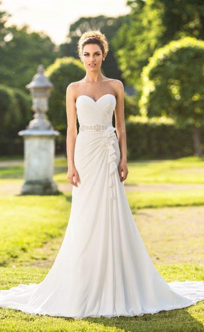 Прямое свадебное платье с открытым лифом в форме сердца и отделкой драпировками.