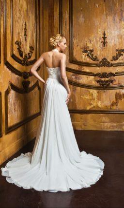 Прямое свадебное платье с длинным шлейфом и американской проймой.
