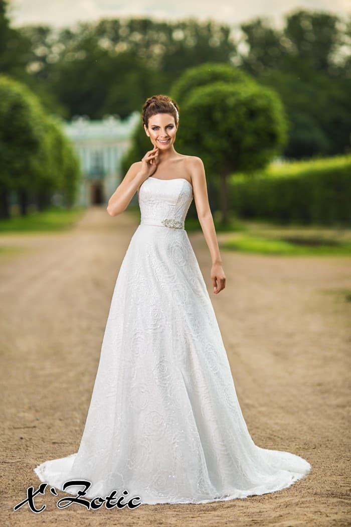 Открытое свадебное платье «принцесса» из фактурной ткани с поясом, украшенным вышивкой.