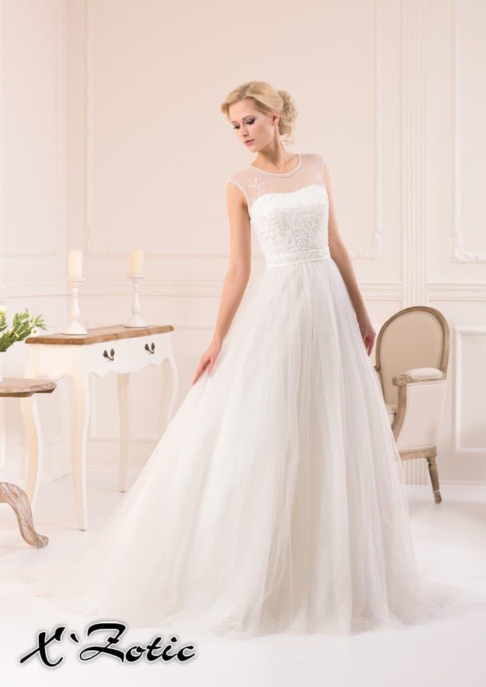 Прямое свадебное платье с легкими складками на подоле и вышивкой по корсету.