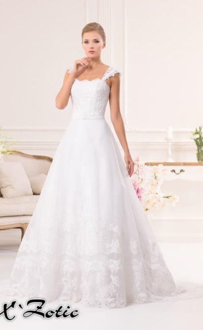 Свадебное платье «принцесса» с кружевным декором подола и широкими фигурными бретелями.