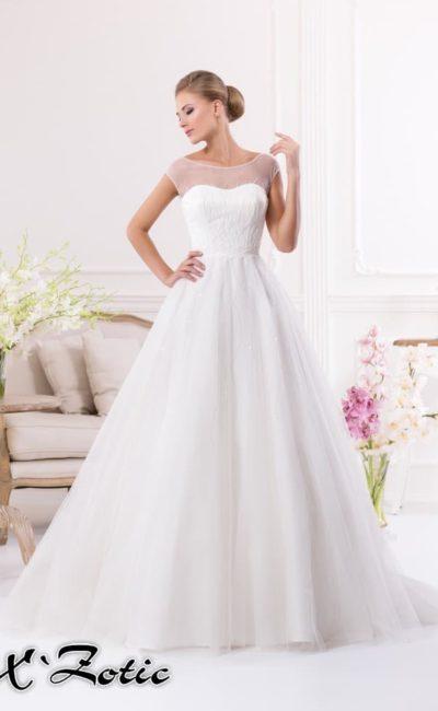 Свадебное платье силуэта «принцесса» с полупрозрачной вставкой, создающей округлый вырез.