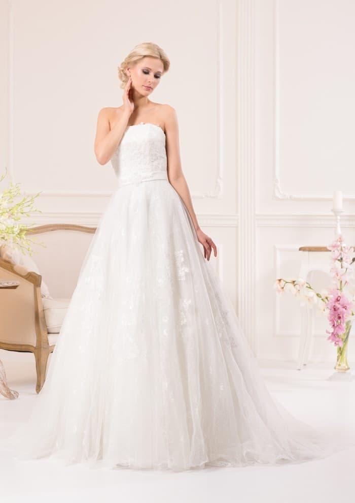 Открытое свадебное платье пышного силуэта с прямой линией декольте и кружевом.