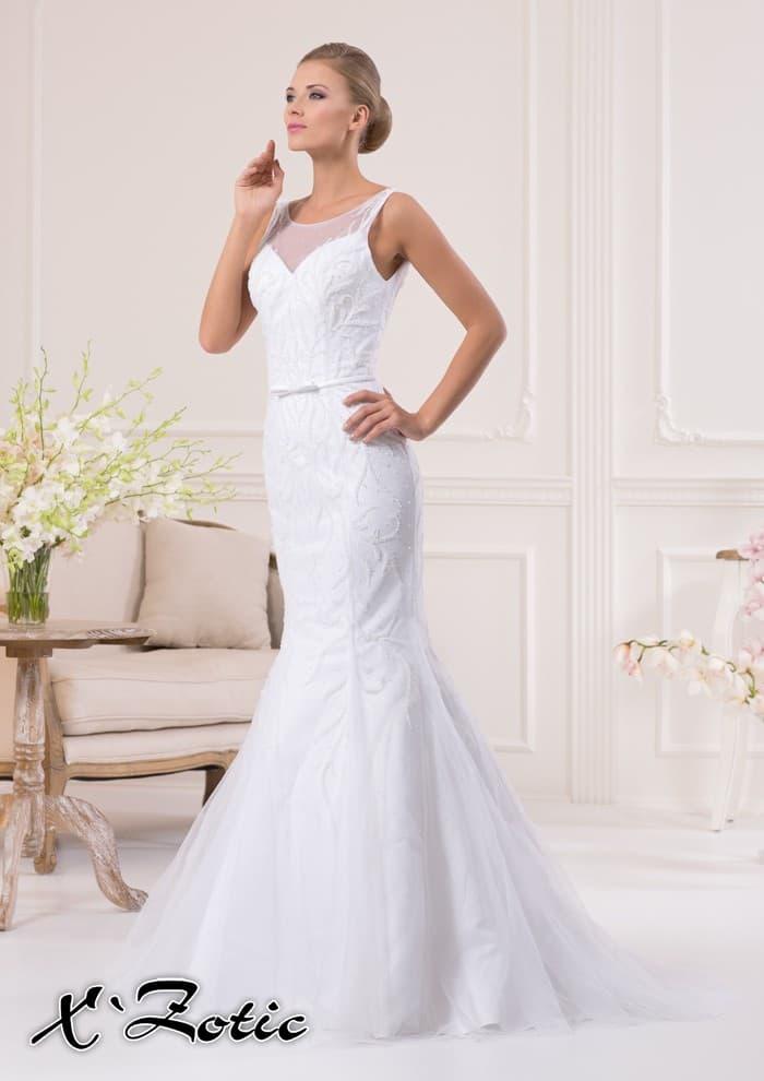 Свадебное платье силуэта «рыбка» с вышивкой на полупрозрачной декоративной ткани поверх.