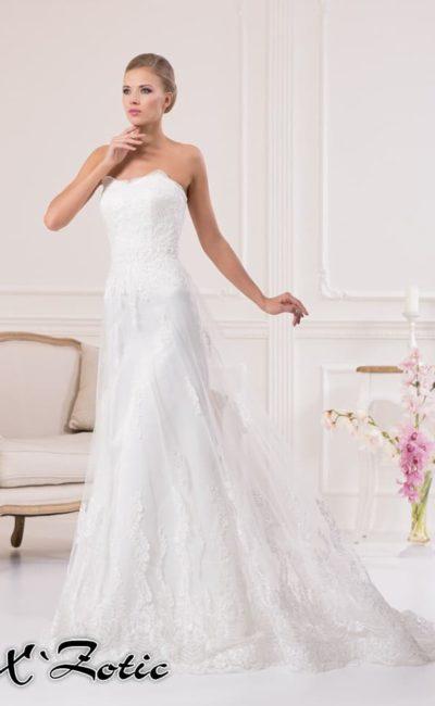 Прямое свадебное платье с открытым фигурным лифом и полупрозрачной верхней юбкой.