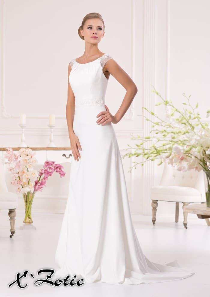 Элегантное атласное платье прямого силуэта со шлейфом и полупрозрачными бретелями.
