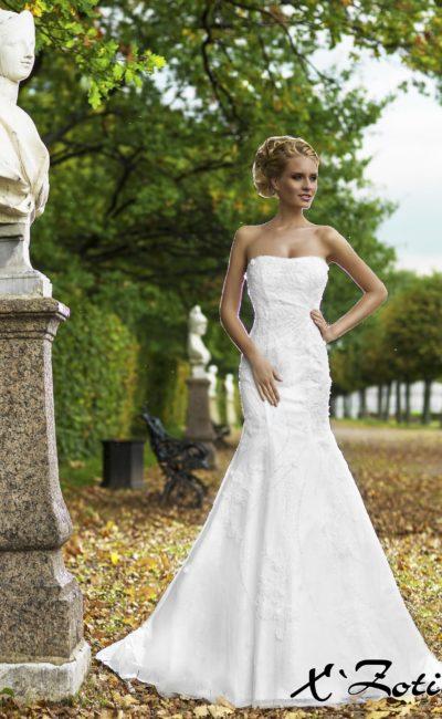 Изысканное свадебное платье силуэта «рыбка» с вышивкой и небольшим шлейфом.