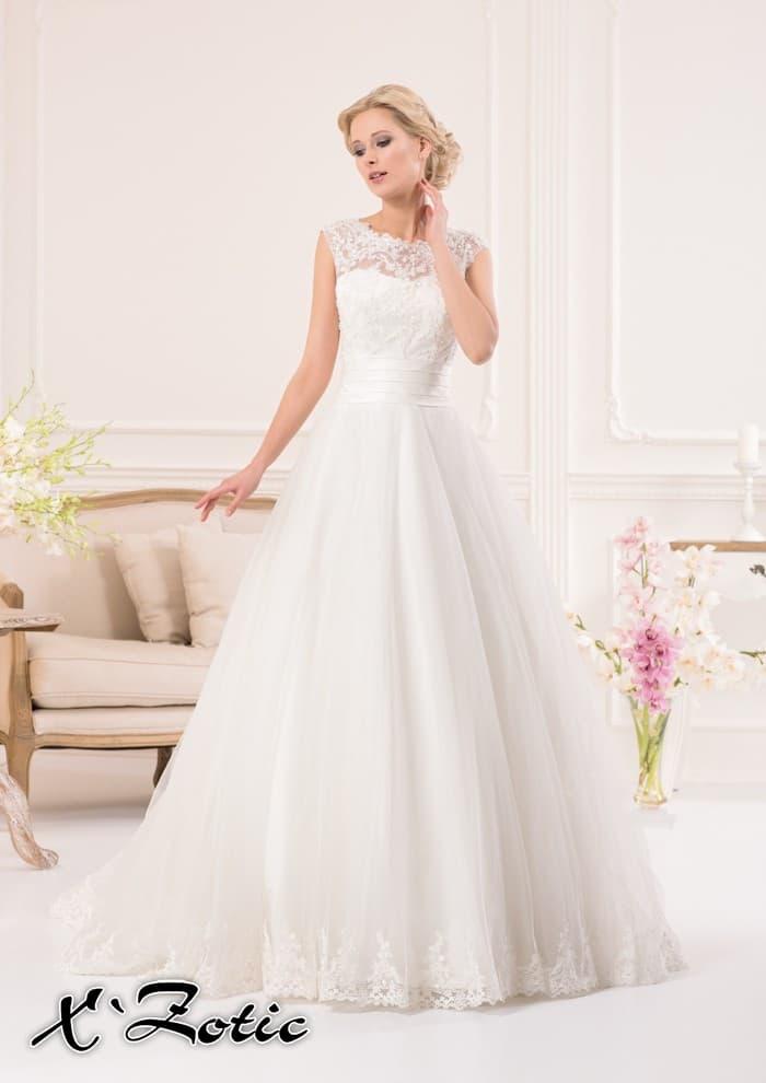 Закрытое свадебное платье «принцесса» с отделкой из тонкого кружева и широким атласным поясом.