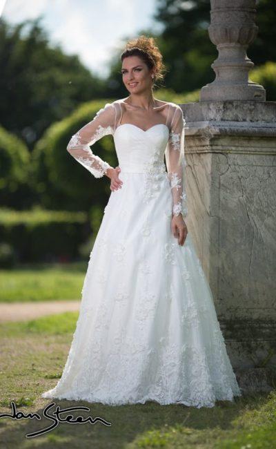 Открытое свадебное платье с юбкой А-силуэта и длинными полупрозрачными рукавами.