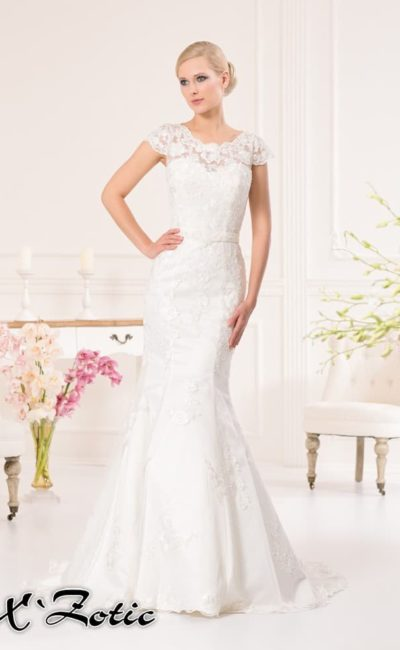 Закрытое свадебное платье силуэта «рыбка» с фигурным округлым декольте.