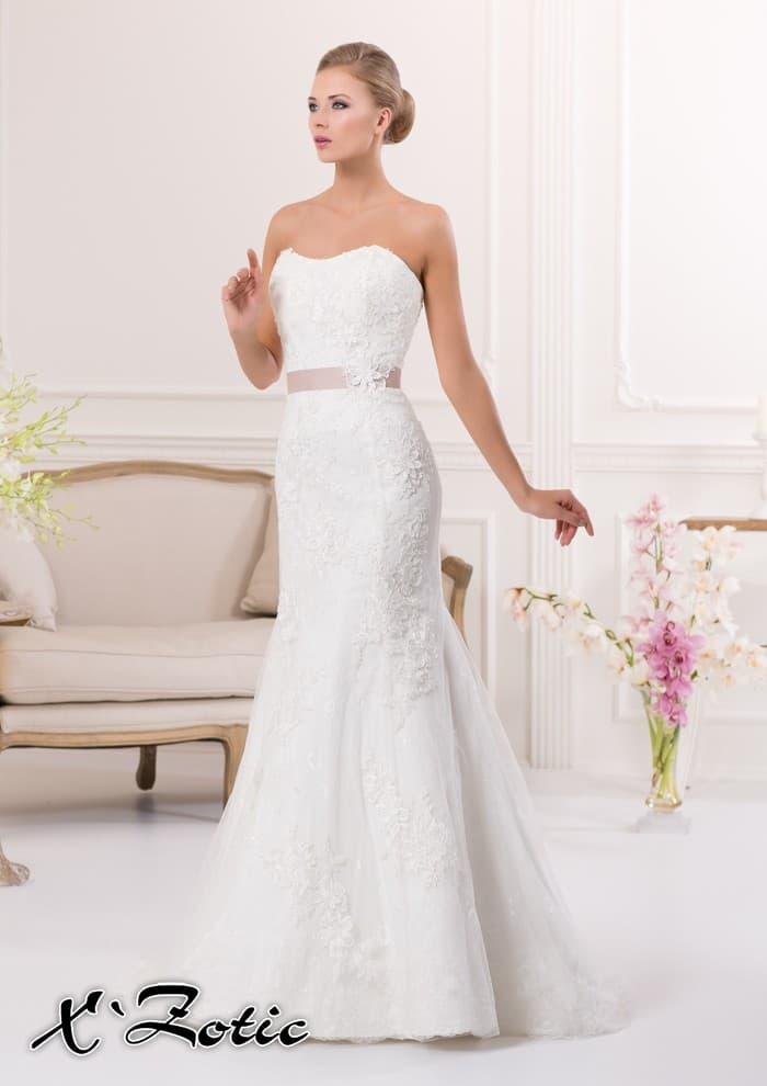 Нежное свадебное платье силуэта «рыбка» с кружевным декором и розовым поясом.