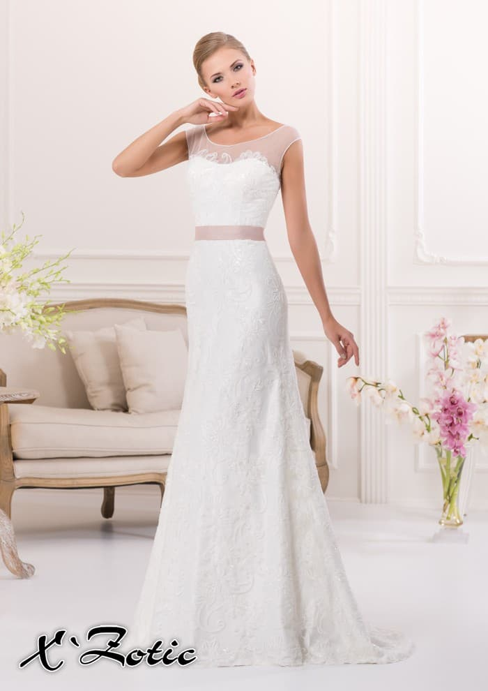 Свадебное платье «принцесса» с отделкой полупрозрачной тканью и атласным розовым поясом.