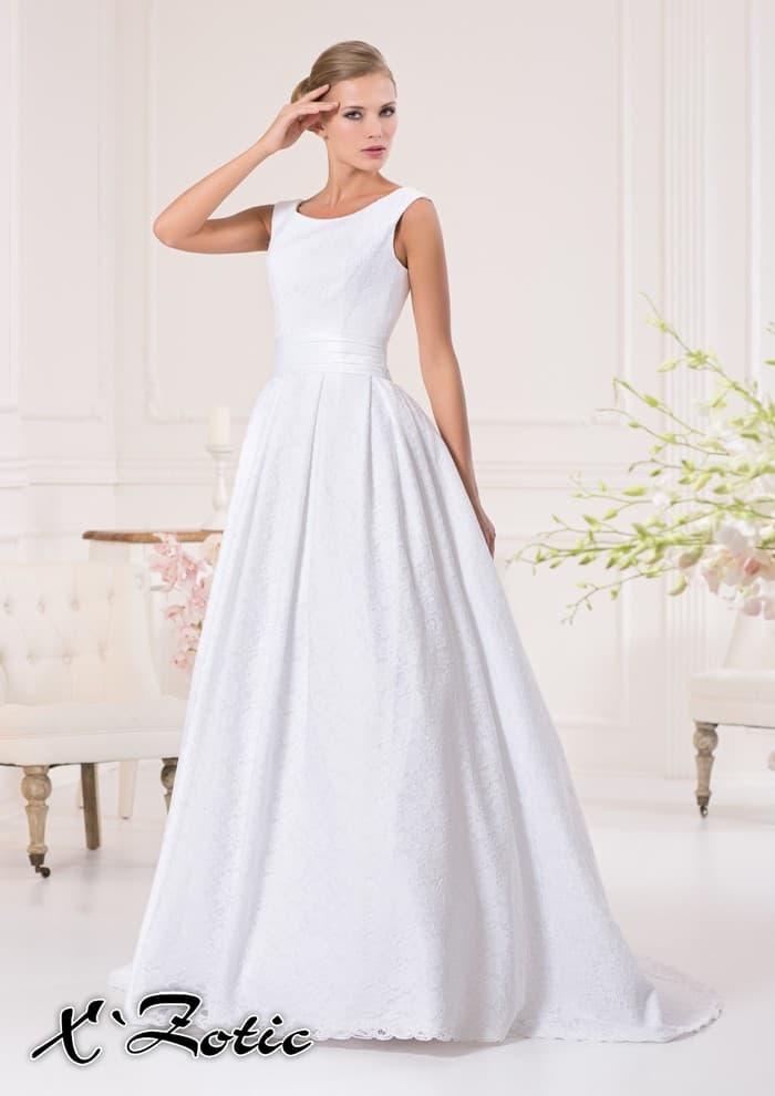 Стильное свадебное платье из плотной фактурной ткани с округлым вырезом и широким поясом.