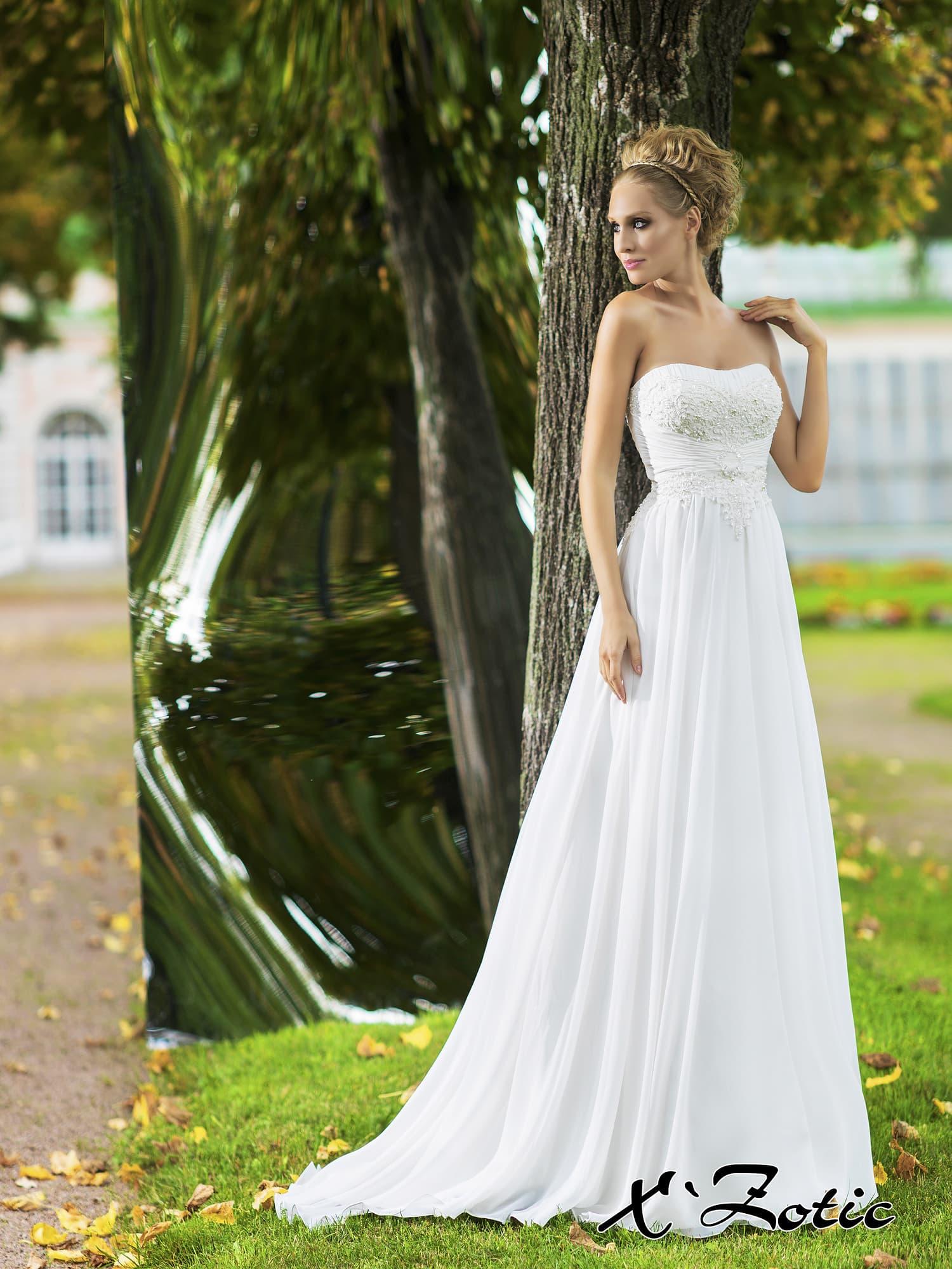 Ампирное свадебное платье с элегантной юбкой и кружевным декором открытого лифа.