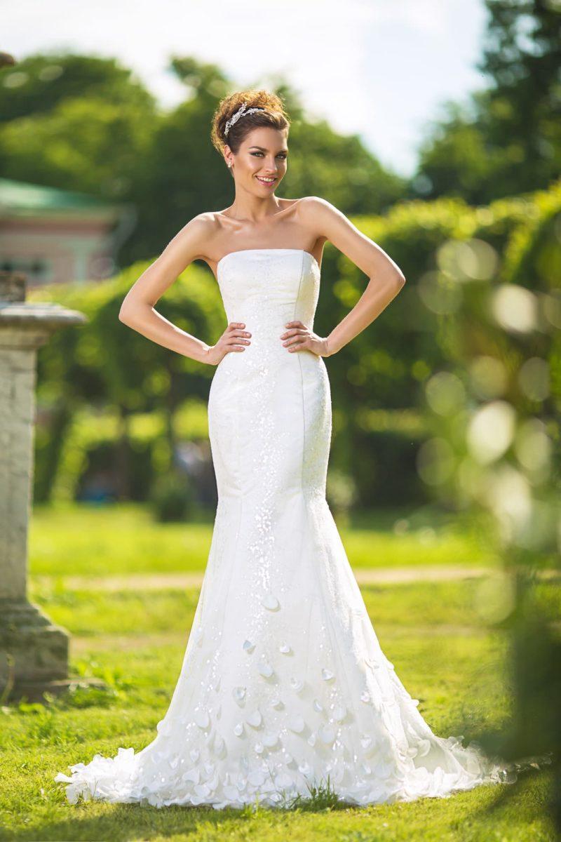 Свадебное платье силуэта «рыбка» с прямым вырезом декольте и объемным декором юбки.