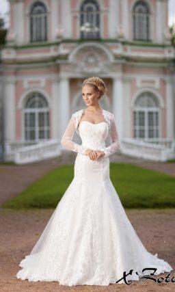 Кружевное свадебное платье силуэта «рыбка» с элегантным болеро с длинным рукавом.