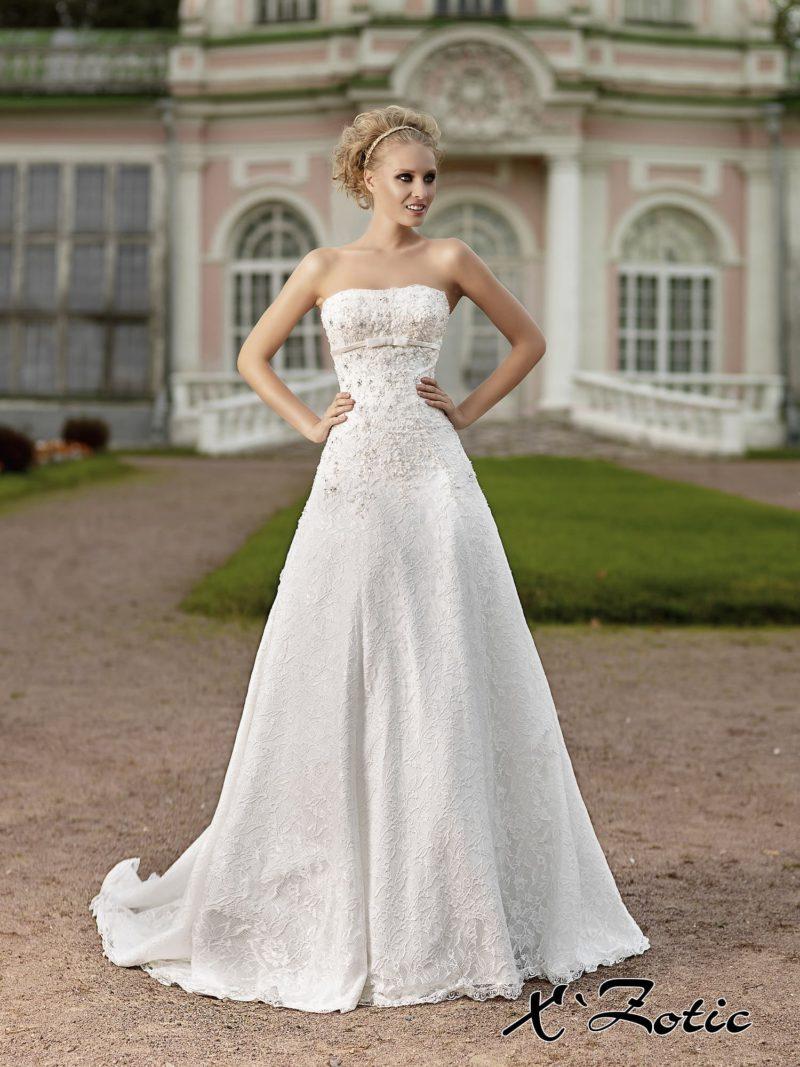 Свадебное платье «принцесса» из фактурной ткани с цветочным рисунком и узким поясом под лифом.