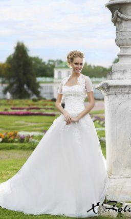Свадебное платье «принцесса» с кружевной отделкой корсета и полупрозрачным болеро.