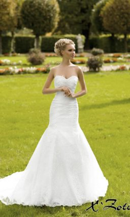 Открытое свадебное платье силуэта «рыбка» с фигурным кружевным лифом в форме сердца.