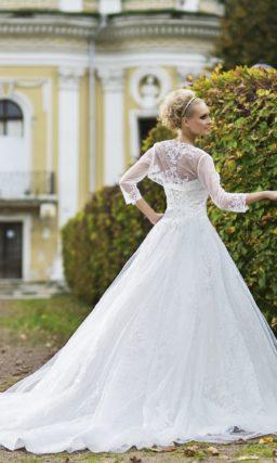 Пышное свадебное платье с длинным шлейфом, фактурным корсетом и полупрозрачным болеро.