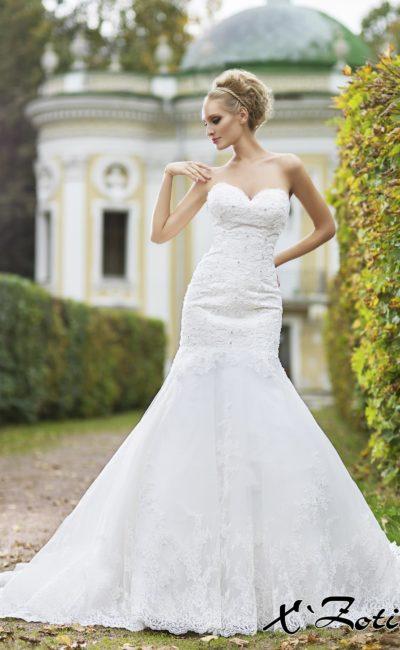 Свадебное платье «рыбка» с глубоким декольте в форме сердца и плотным кружевным декором.