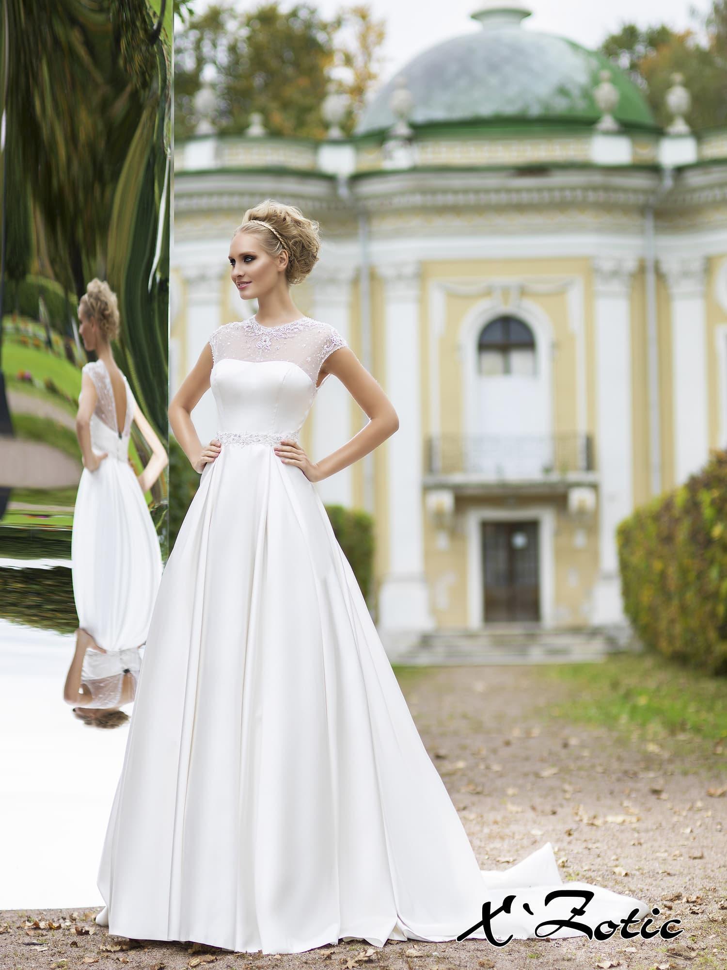 Закрытое свадебное платье «принцесса» из атласной ткани с V-образным вырезом на спинке.