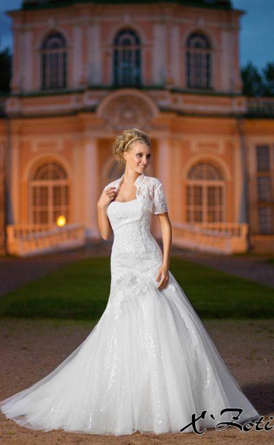 Свадебное платье силуэта «рыбка» с декором из пайеток и коротким болеро.