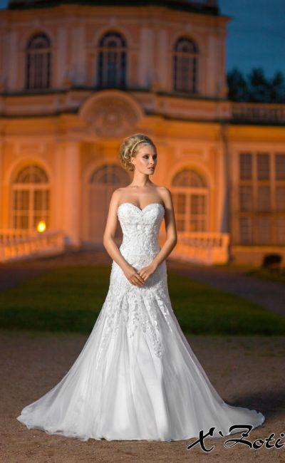 Открытое свадебное платье «рыбка» с кружевным корсетом с лифом в форме сердца.