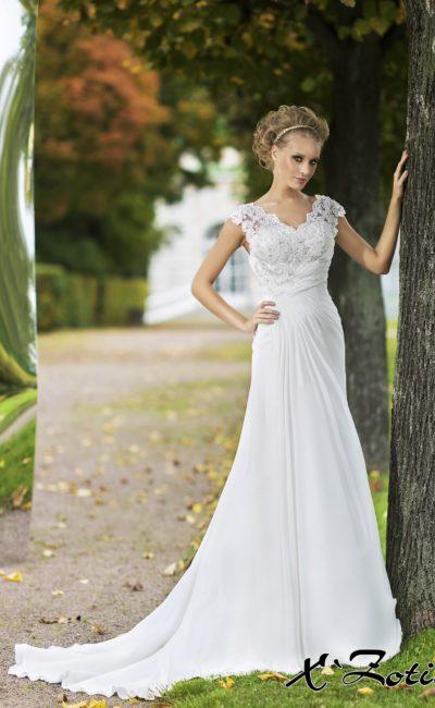 Прямое свадебное платье с длинным шлейфом и кружевным V-образным вырезом.