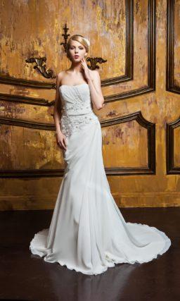 Прямое свадебное платье с фактурными драпировками и вышивкой на открытом корсете.