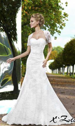 Ажурное свадебное платье силуэта «рыбка» с болеро с короткими прямыми рукавами.