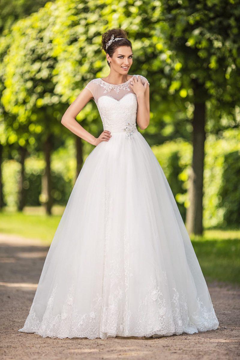 Пышное свадебное платье с кружевным декором по низу подола и закрытым верхом.