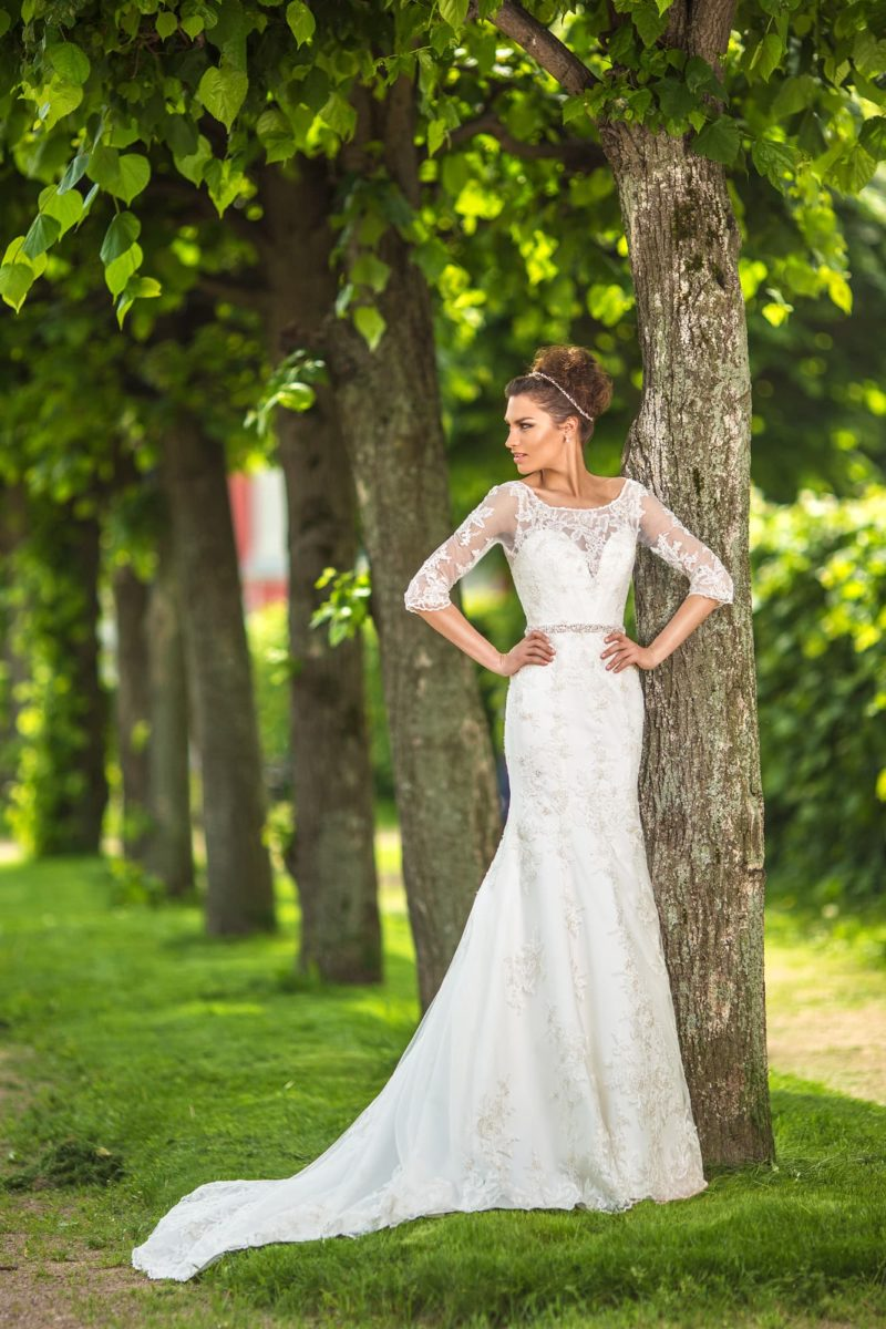 Прямое свадебное платье с длинными ажурными рукавами и торжественным шлейфом.