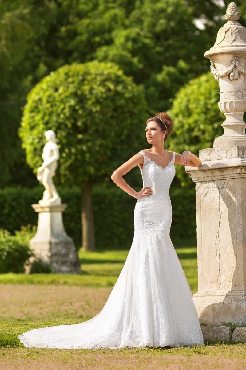 Свадебное платье «рыбка» с длинным шлейфом и V-образным декольте.