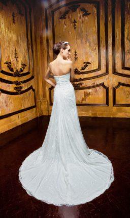 Кружевное свадебное платье с силуэтом «рыбка» и длинным шлейфом сзади.