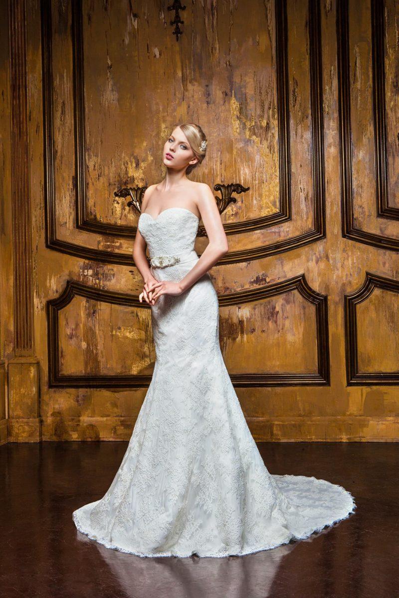 Открытое свадебное платье с силуэтом «рыбка» с кружевной отделкой от выреза до шлейфа.
