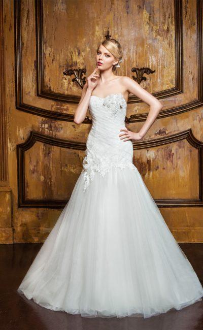 Открытое свадебное платье с силуэтом «рыбка» и объемными аппликациями по лифу.