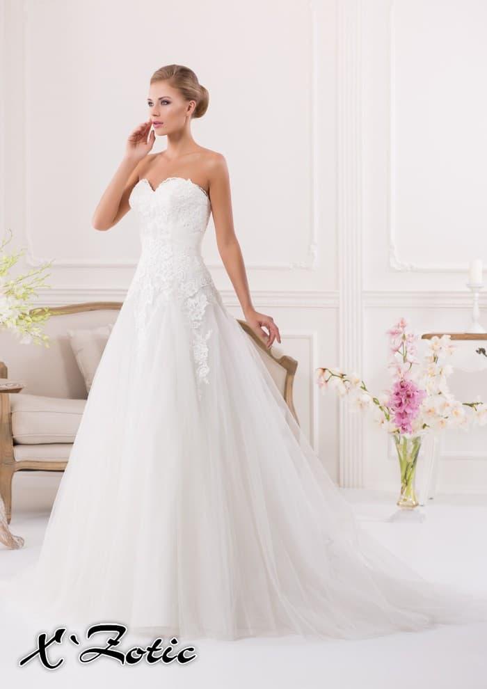 Открытое свадебное платье «принцесса» с юбкой из полупрозрачной ткани и кружевным верхом.