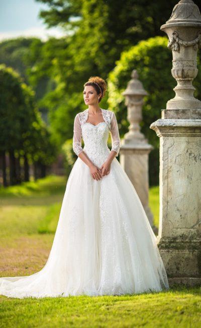 Пышное свадебное платье с женственным кружевным корсетом и полупрозрачным болеро.