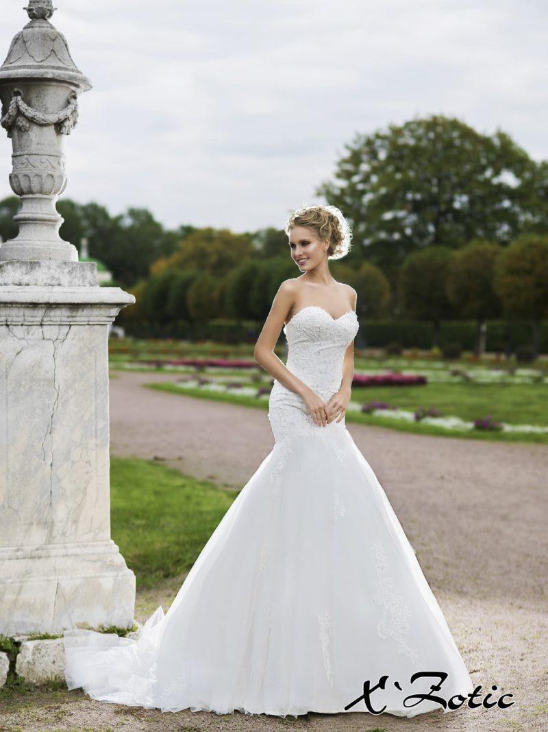 Открытое свадебное платье силуэта «рыбка» с плотной кружевной отделкой верха.
