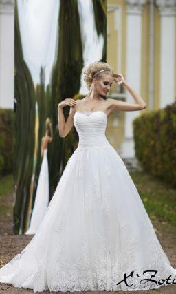 Элегантное свадебное платье силуэта «принцесса» с широким поясом с крупным бутоном сбоку.