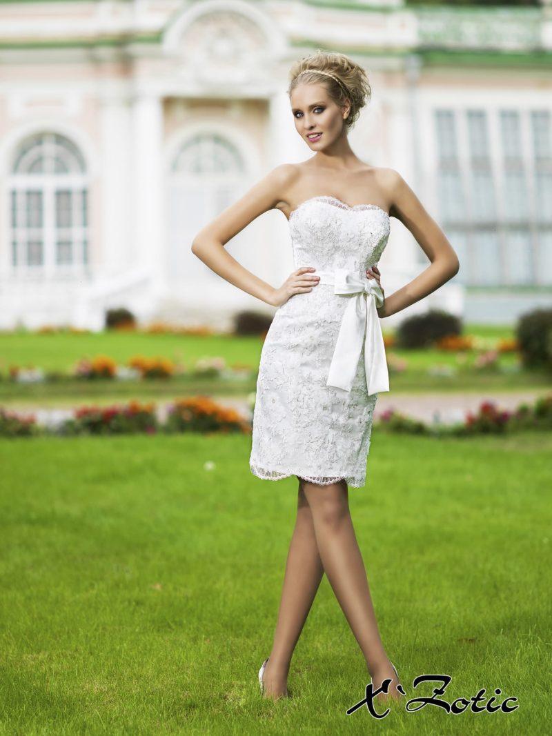 Короткое свадебное платье силуэта «футляр» с широким атласным поясом с бантом.