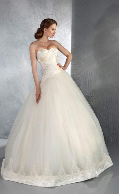 Свадебное платье пышного силуэта с атласным корсетом, декорированным драпировками.