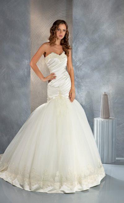 Свадебное платье с силуэтом «рыбка» с атласным корсетом и вышивкой по краю лифа.