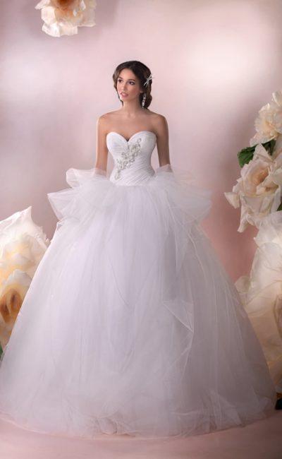 Открытое свадебное платье с лифом в форме сердца и пышной юбкой с баской.