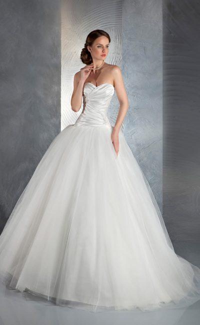 Пышное свадебное платье с многослойным шлейфом и атласным корсетом с лифом-сердечком.